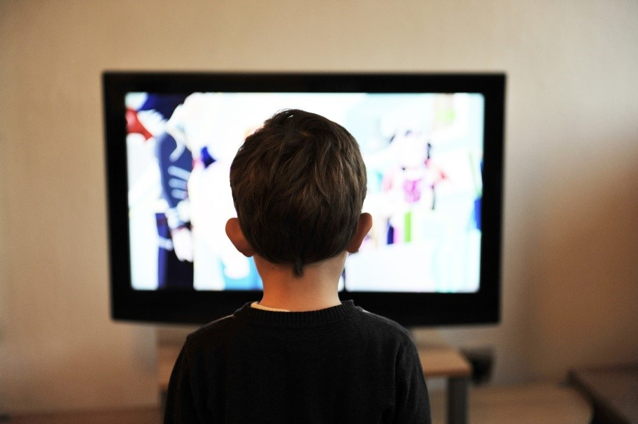 Child watching TV. Source: Pixabay
